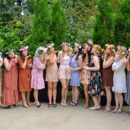 day_delights_sydney_hens_events_group_kisses